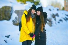 两美女站立并行,不拘形式的爱,lgbt 免版税库存照片