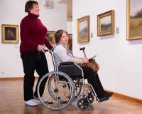 两美术画廊的妇女 免版税库存照片