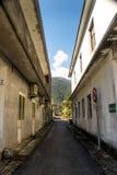 两老水泥大厦之间的乡下道路 图库摄影