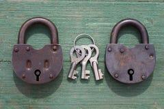 两老生锈的挂锁和钥匙 库存图片