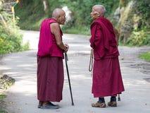两老西藏和尚在达兰萨拉,印度 库存照片