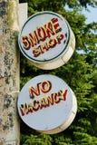 两老金属被绘的和霓虹烟商店和没有空位标志 免版税图库摄影