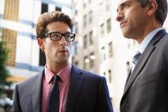 两聊天在办公室外的商人 图库摄影