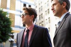 两聊天在办公室外的商人 免版税库存照片