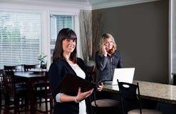 两职业妇女在房子里 免版税库存照片