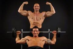 两肌肉人摆在 库存照片