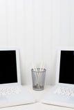 两膝上型计算机和铅笔杯垂直 图库摄影