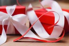 两自创纸红心和红色礼物盒栓与白色丝带 华伦泰` s天和爱标志 免版税图库摄影