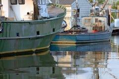 两艘商业捕鱼业行驶远洋的拖网渔船靠了码头在加州的黄昏 免版税库存图片