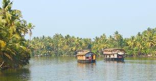 两艘居住船在死水在喀拉拉,印度 图库摄影