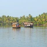 两艘居住船在死水在喀拉拉,印度 免版税库存图片