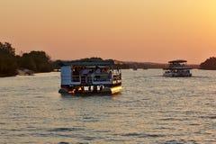 两艘徒步旅行队船巡航的赞比西河 免版税库存图片