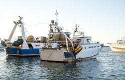 两艘拖网渔船被停泊在口岸 免版税库存图片