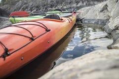 两艘皮船在海滩站立停泊,衬托 免版税库存图片