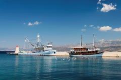 两艘船在一个小镇-克罗地亚的港口白天的, 免版税库存照片