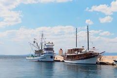 两艘船在一个小镇-克罗地亚,海岛Brac的港口 免版税图库摄影