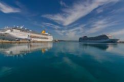 两艘船在海的港口 库存照片
