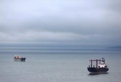 两艘船在符拉迪沃斯托克附近的日本海 库存图片