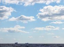 两艘船海景剪影在天际的 免版税库存图片