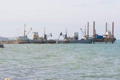 两艘钓鱼的拖网渔船停泊 库存照片