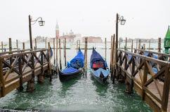 两艘长平底船在大运河的,意大利威尼斯 免版税库存图片