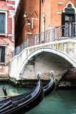 两艘长平底船在威尼斯(意大利) 库存图片