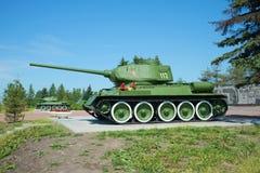 两苏联坦克T-34-85被安装在纪念普尔科沃海外 晴朗日的夏天 免版税库存照片