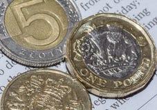 两英国一1英镑硬币和五波兰兹罗提C 库存照片