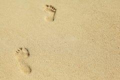 两英尺在沙子的印刷品 库存照片