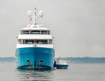 两蓝色和白色小船 免版税库存照片