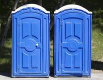两蓝色洗手间在公园 免版税库存照片
