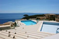 两蓝色水池有爱奥尼亚海的看法在希腊 免版税图库摄影