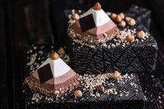 两蛋糕三以金字塔的形式巧克力沫丝淋 库存照片