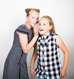两表现出逗人喜爱的矮小的女朋友不同的情感 滑稽的孩子 最好的朋友纵容和摆在 免版税库存照片