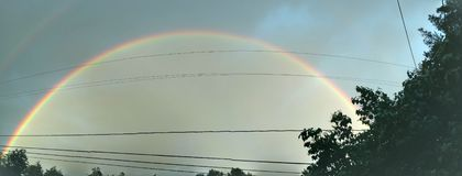 两被定调子的双重彩虹天空 免版税库存照片