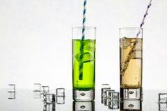 从两设置每与苏打的林斯玻璃并且上色了秸杆 免版税库存照片