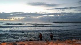 两资深人钓鱼和日落 免版税图库摄影