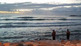 两资深人钓鱼和日落 库存图片