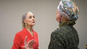 两资深妇女友好的谈的和微笑的一会儿会议 成熟妇女垂悬和说再见在友好的会议上 影视素材