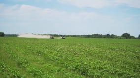 两赛跑在绿色领域的汽车ATV竞争 股票视频