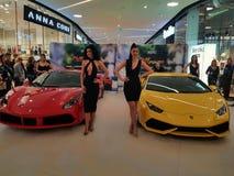 两超级跑车、法拉利488和Lamborghini Huracan 免版税库存图片