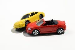 两辆五颜六色的金属玩具模型汽车 免版税库存照片