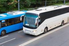 两辆公共汽车在高速公路去 免版税库存照片