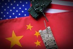 两辆坦克面对面在美国和中国国旗背景 参考在两个国家之间的冲突加热 中国和 库存图片