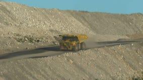 两辆大卡车在矿运转运载的岩石 股票录像