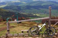 两辆山自行车站立近对栏杆在一次快速的旅行以后 免版税图库摄影