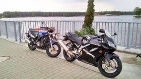 两辆摩托车摩托车本田CBR 600和铃木GS 500 免版税库存图片
