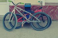 两辆时髦bmx自行车临近墙壁 库存图片