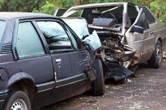 两辆汽车在严肃的崩溃事故-正面冲突以后击毁 库存照片