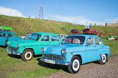 两辆汽车在petrotransport的陈列的Moskvich模型403和407在Kronstadt 免版税图库摄影